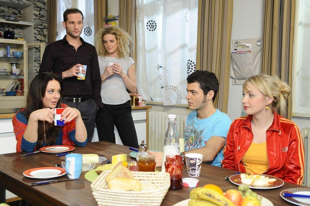 Gemeinsames Frühstück: Paloma (Maja Maneiro), David (Lee Rychter), Maja (Barbara Lanz), Maik (Sebastian König) und Lily (Jil Funke) ... - Bildquelle: SAT.1