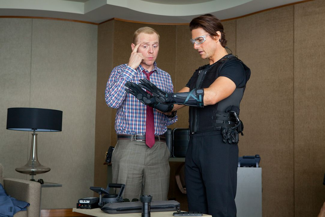 Noch ahnt der Geheimagent Ethan (Tom Cruise, r.) nicht, was Benji (Simon Pegg, l.) mit ihm vorhat. Um in den Serverraum von dem höchsten Gebäude d... - Bildquelle: 2011 Paramount Pictures.  All Rights Reserved.