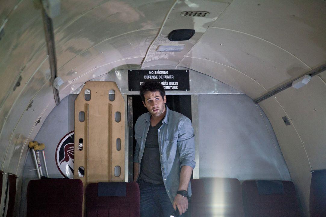 Um ein Frachtflugzeug aus der gefährlichen Vergangenheit zu retten, versucht Evan (Niall Matter) alles ... - Bildquelle: Bettina Strauss