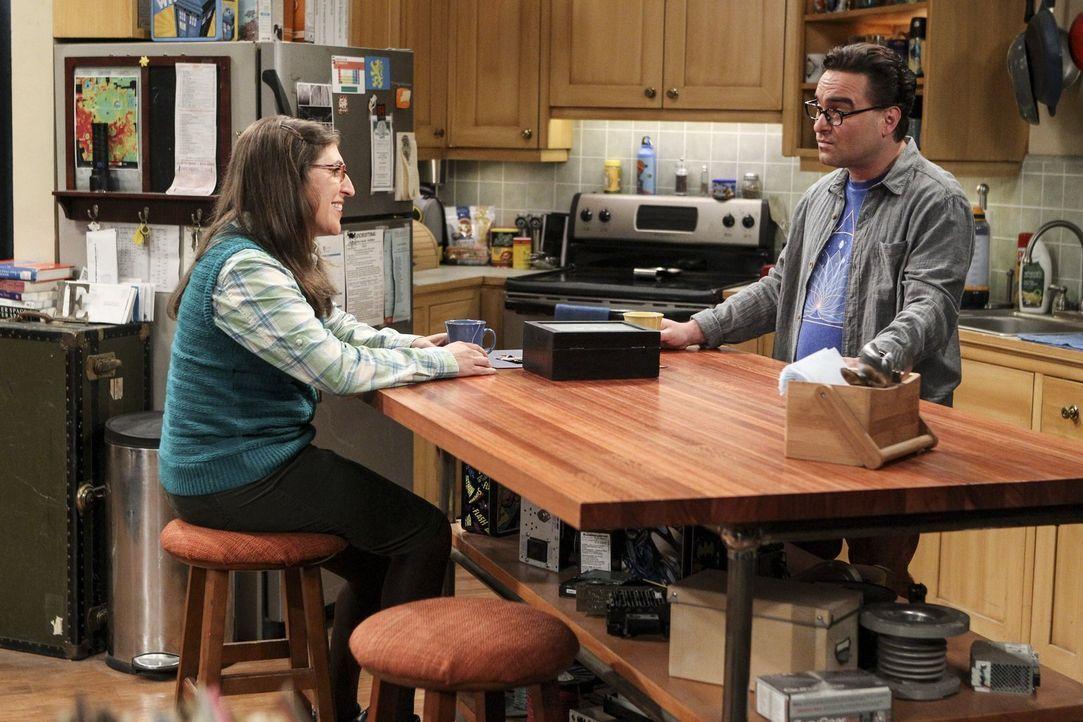 Als die Beziehung von Sheldon und Amy (Mayim Bialik, l.) auf der Kippe steht, versucht Leonard (Johnny Galecki, r.), sie zu bearbeiten. Schließlich... - Bildquelle: 2016 Warner Brothers