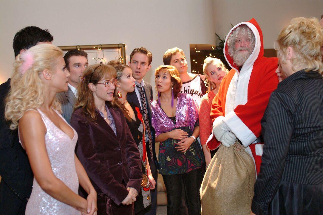 Wer verbirgt sich hinter dem Weihnachtsmann (Dirk Hinzberg, 2.v.r.)? V.l.n.r.: Sabrina (Nina-Friederike Gnädig), David (Mathis Künzler), Richard (Ka... - Bildquelle: Monika Schürle Sat.1