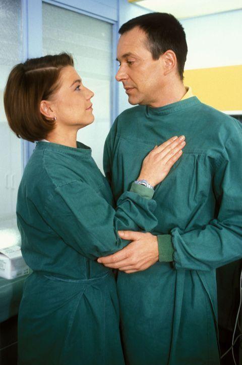 Stephanie (Claudia Schmutzler, l.) erfährt von Dr. Stein (Christoph Schobesberger, r.), dass sie Zwillinge bekommt ... - Bildquelle: Noreen Flynn Sat.1