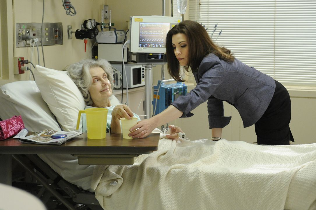 Trotz Arbeitsstress kümmert sich Alicia (Julianna Margulies, r.), liebevoll um Jackie (Mary Beth Peil, l.) ... - Bildquelle: CBS Studios Inc. All Rights Reserved.