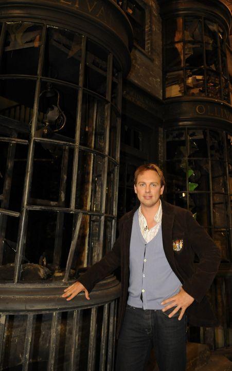 """In """"Harry Potter Spezial"""" nimmt Moderator Steven Gätjen die Zuschauer exklusiv auf eine Reise hinter die Kulissen des größten Film-Zaubers der Ge... - Bildquelle: STEVE FINN PHOTOGRAPHY"""
