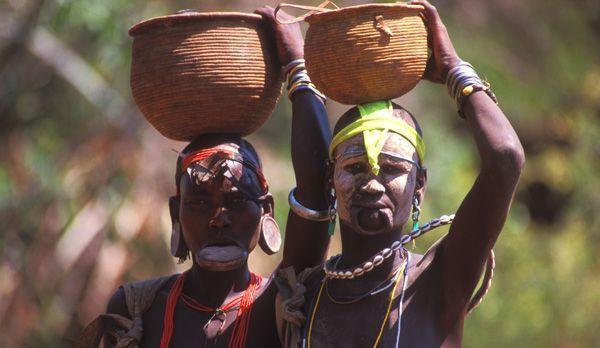 Frauen mit Körben - Bildquelle: Richard Gress
