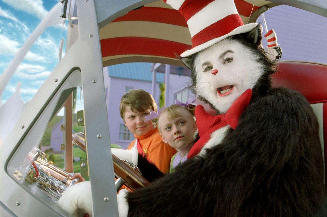 Begeben sich auf einen abenteuerliche Reise, die im Chaos endet: der Kater (Mike Myers, r.),  Conrad (Spencer Breslin, l.) und Sally (Dakota Fanning... - Bildquelle: TM &   2003 DreamWorks LLC. All Rights Reserved.
