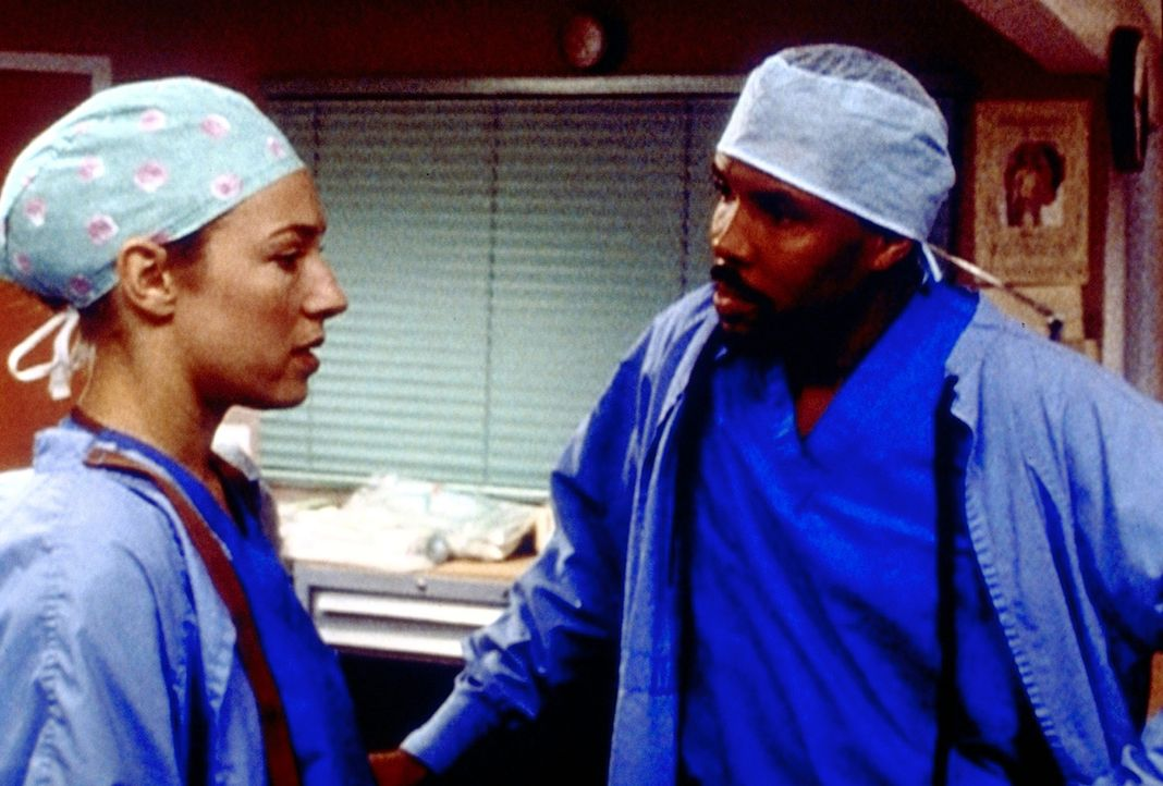 Benton (Eriq La Salle, r.) ist schockiert über die direkte Art und Weise, mit der sich Corday (Alex Kingston, l.) um einen Ersatz bemüht. - Bildquelle: TM+  2000 WARNER BROS.