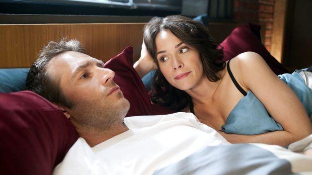Erin (Abigail Spencer, r.) merkt, dass mit Tom (Michael Vartan, l.) etwas nic...
