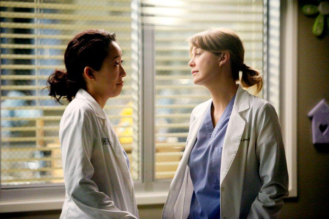 Es ist sechs Uhr abends. Meredith (Ellen Pompeo, r.) leitet freiwillig die Notaufnahme und dirigiert die Ärzte, während Cristina (Sandra Oh, l.) ihr... - Bildquelle: ABC Studios