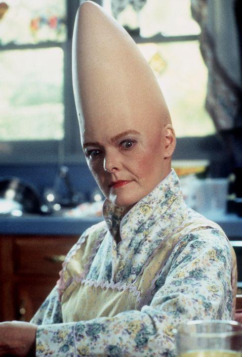 Auch für Prymaat Conehead (Jane Curtin) sind die Aufgaben einer Hausfrau auf der Erde anfangs ungewohnt ... - Bildquelle: Paramount Pictures
