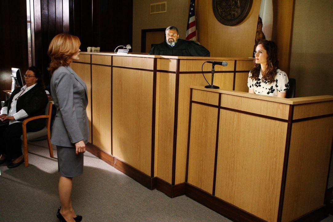 Violet  (Amy Brenneman, r.) kämpft vor Gericht um das gemeinsames Sorgerecht für Lucas. Doch wie wird es für sie ausgehen? Ruby (Frances Fisher,... - Bildquelle: ABC Studios