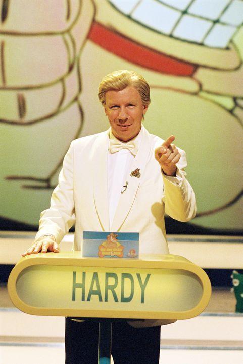Der selbstherrliche Quizmasters Hardy Flanders (Ludger Pistor) kann sich über den Mangel an Feinden nicht beklagen ... - Bildquelle: Falcom Media Group