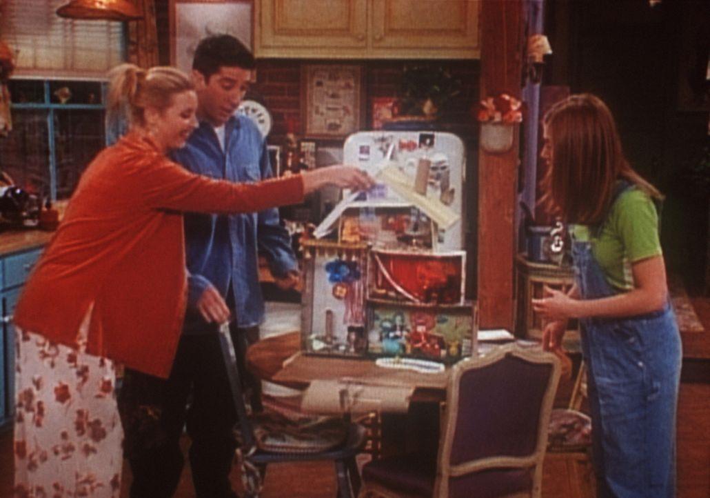 Phoebe (Lisa Kudrow, l.), Ross (David Schwimmer, M.) und Rachel (Jennifer Aniston, r.) beschäftigen sich mit dem Puppenhaus. - Bildquelle: TM+  2000 WARNER BROS.