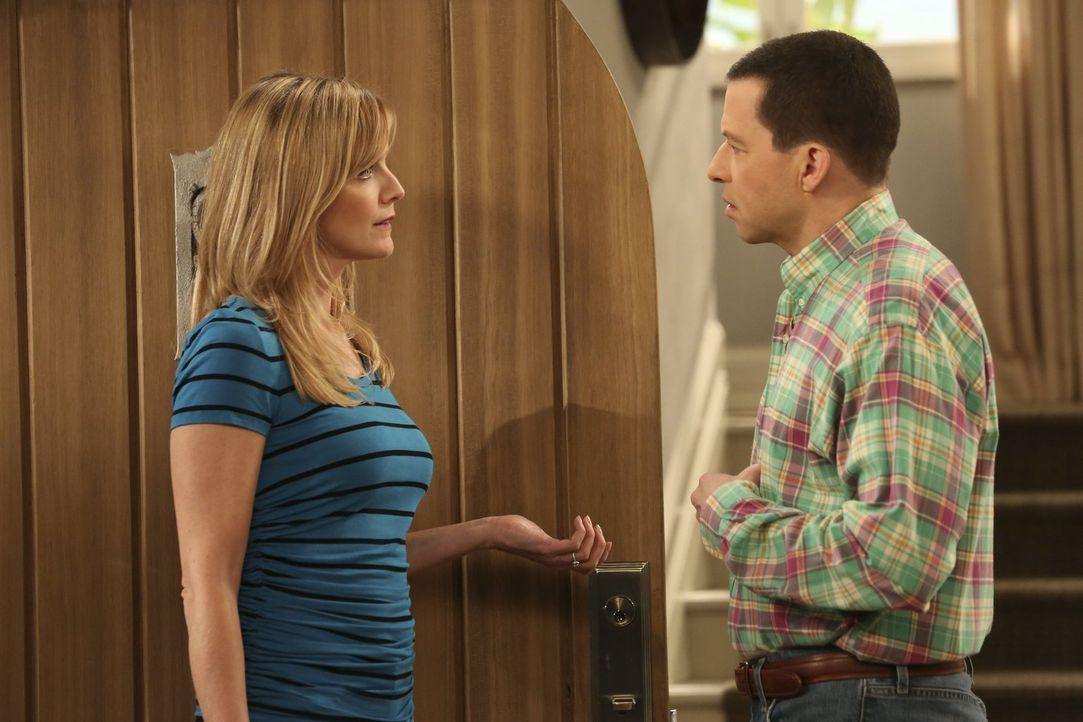 Will Alan (Jon Cryer, r.) etwa Schluss machen, weil er ernsthaft in Gretchen verliebt ist? Lyndsey (Courtney Thorne-Smith, l.) kann es einfach nicht... - Bildquelle: Warner Brothers Entertainment Inc.
