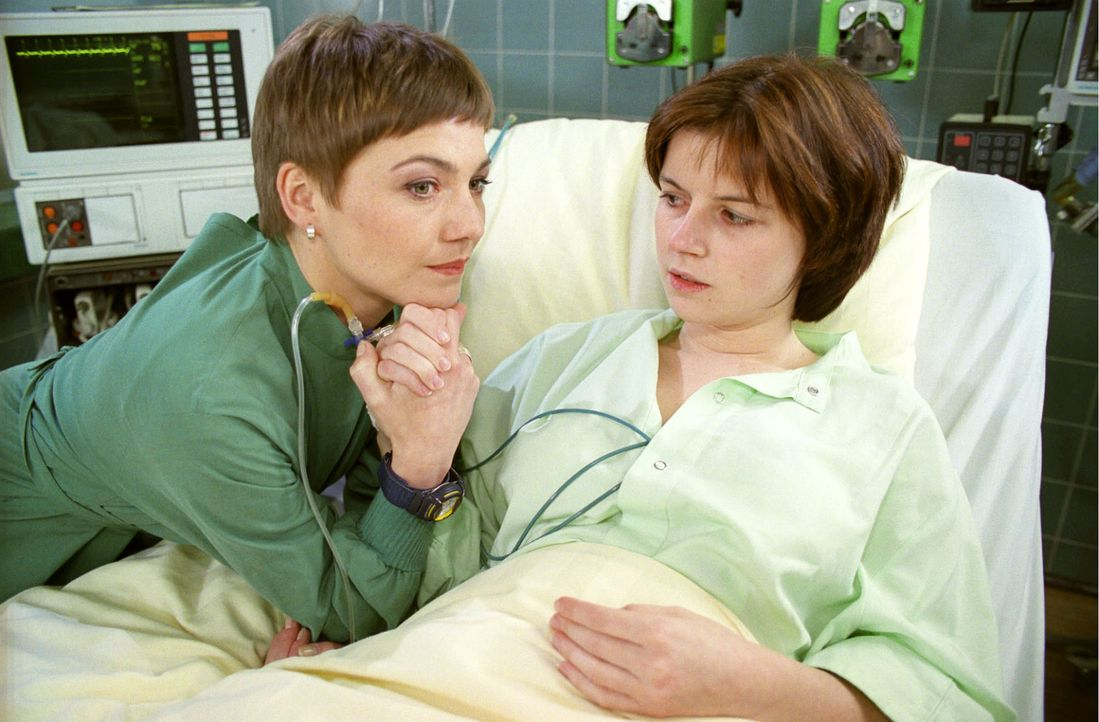 Stephanie (Claudia Schmutzler, l.) spendet Cassy (Christine Hatzenbühler, r.) Trost. - Bildquelle: Noreen Flynn Sat.1