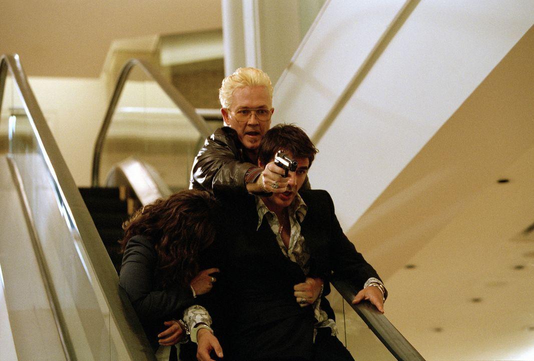 Als der FBI-Undercover-Agent Mike Tozzi (Chris Noth, vorne) seine Tarnung verliert, weil er eine Romanze mit der Schwester eines Informanten eingeht... - Bildquelle: CBS International Television