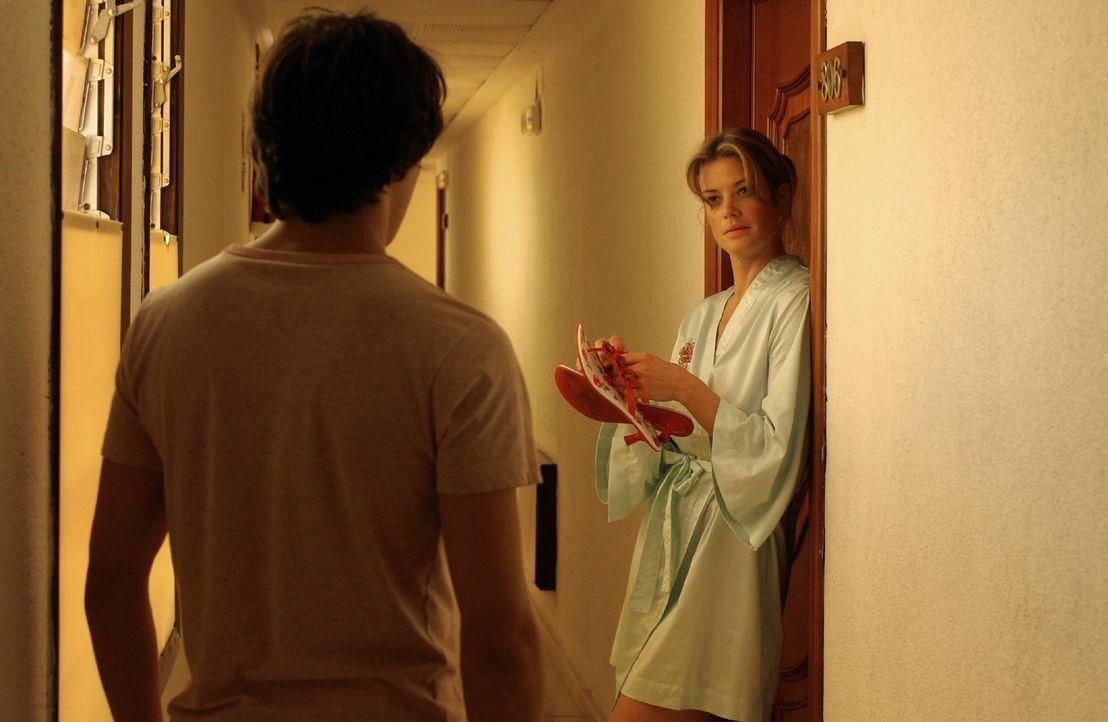 Rosemarie (Marie Bäumer, r.) ist überrascht, als der junge Unbekannte (Kostja Ullmann, l.) sie im Hotel aufsucht. - Bildquelle: Rainer Bajo Sat.1