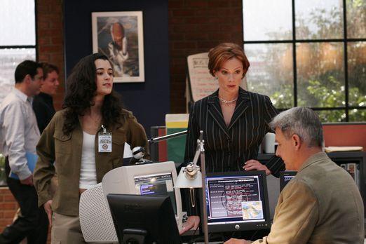 Navy CIS - Bei einer Unterredung mit Direktor Morrow erfährt Gibbs (Mark Harm...