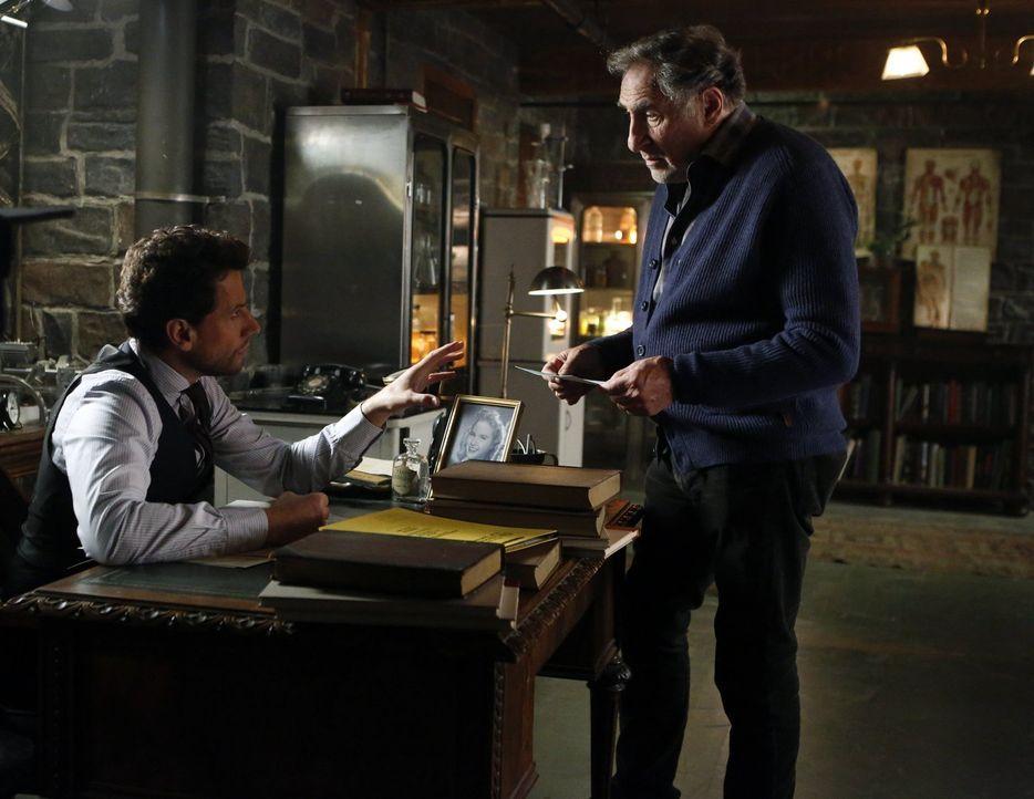 Die Vergangenheit holt sie ein: Ist es wieder einmal Zeit für Henry (Ioan Gruffudd, l.) und Abe (Judd Hirsch, r.) zu verschwinden? - Bildquelle: Warner Brothers