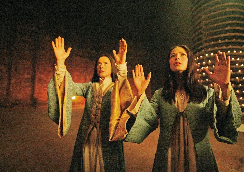 Eines Tages taucht in den Gräbern von Atuan, wo die Hohepriesterin Thar (Isabella Rossellini, l.) und die attraktive Tenar (Kristin Kreuk, r.) herr... - Bildquelle: 2004 Hallmark Entertainment Distribution, LLC