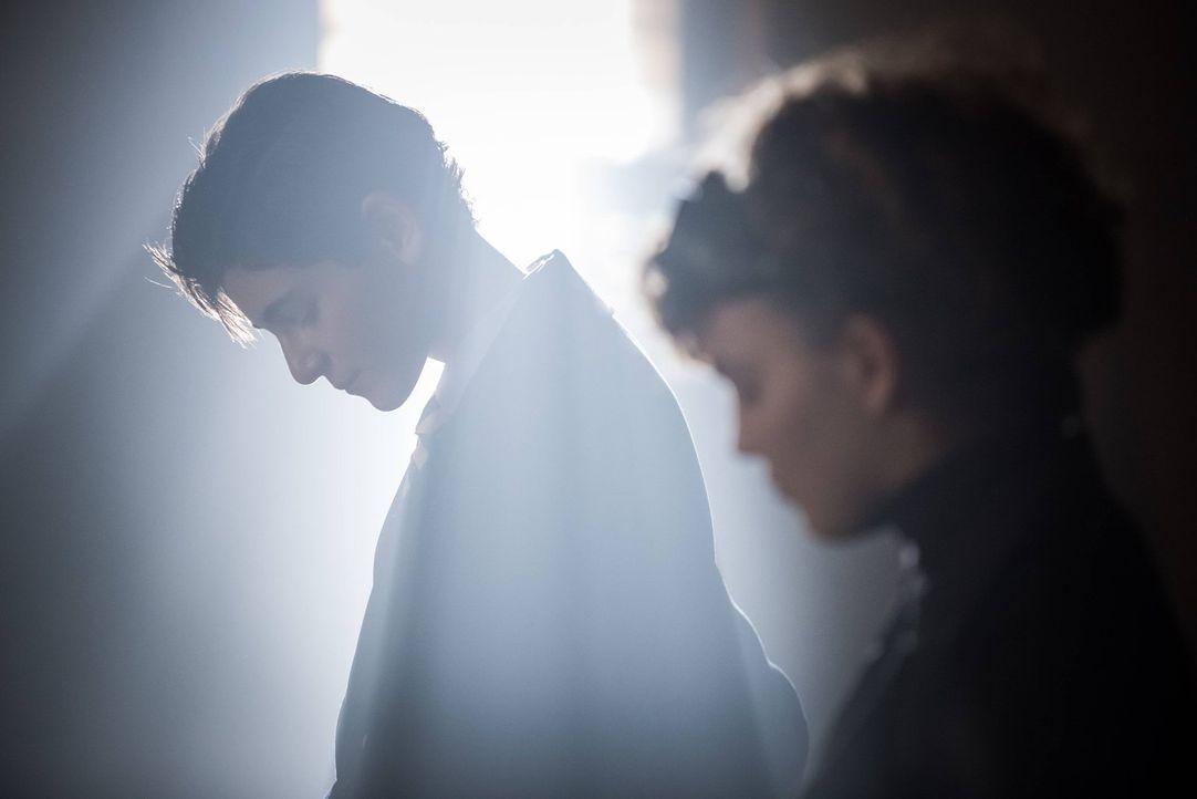 Bruce (David Mazouz, l.) nutzt seine Verbindung zu Selina (Camren Bicondova, r.), um den Mörder seiner Eltern zu finden. Währenddessen muss Galavan... - Bildquelle: Warner Brothers