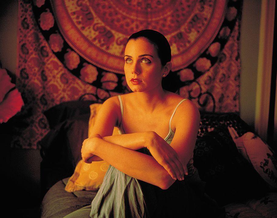 Ahnt nicht, dass sie sich in allergrößter Gefahr befindet: Alicia (Mia Kirshner) ... - Bildquelle: 2003 Sony Pictures Television International. All Rights Reserved.