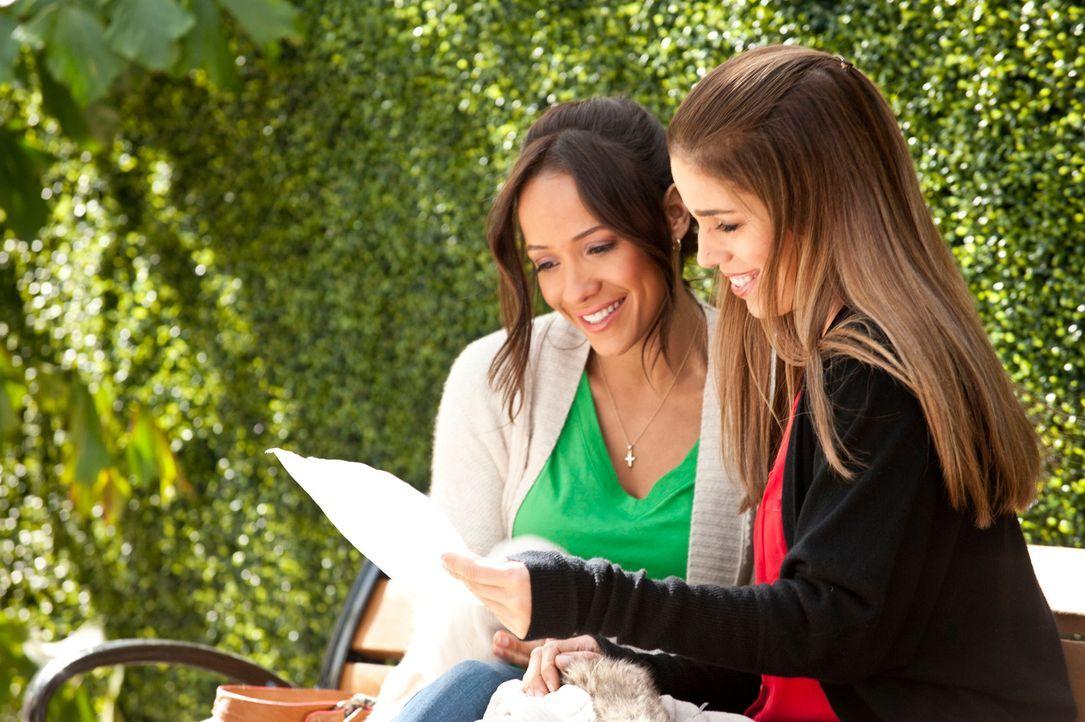 Marisol (Ana Ortiz, r.), die eigentlich Professorin ist, wird in Rosies (Dania Ramirez, l.) Anwesenheit im Supermarkt von einer ihrer Studentinnen e... - Bildquelle: ABC Studios