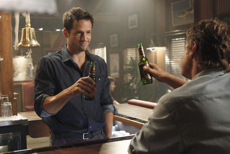 Jules bittet Grayson (Josh Hopkins, l.), mit Bobby (Brian Van Holt, r.), ihrem deprimierten Ex-Mann, Golfspielen zu gehen. Dummerweise geht der Schu... - Bildquelle: 2009 ABC INC.