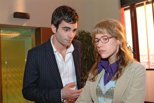 Verliebt in Berlin - David (Mathis Künzler, l.) versucht Lisa (Alexandra Neld...
