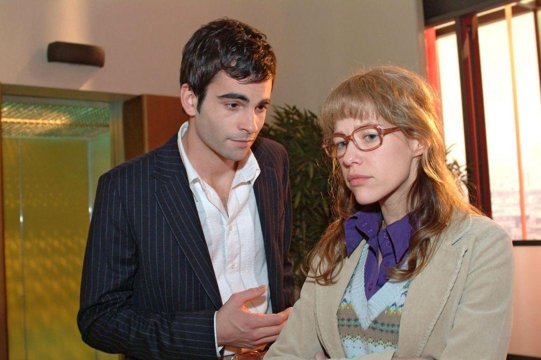 David (Mathis Künzler, l.) versucht Lisa (Alexandra Neldel, r.) zu überreden, noch einmal seine Seitensprünge vor Mariella zu verbergen. (Dieses Fot... - Bildquelle: Monika Schürle Sat.1