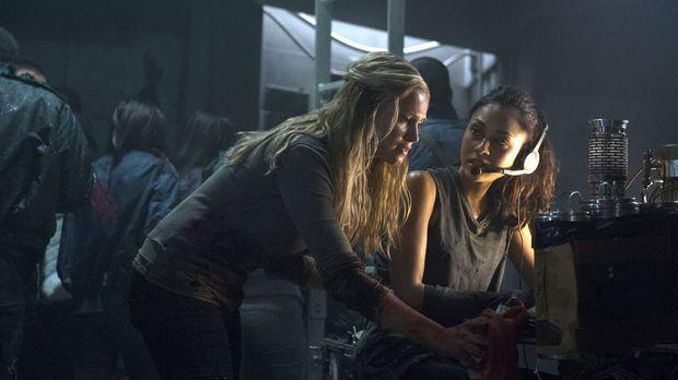 Die Sorge um Finn lässt sogar Clarke (Eliza Taylor, l.) und Raven (Lindsey Mo...