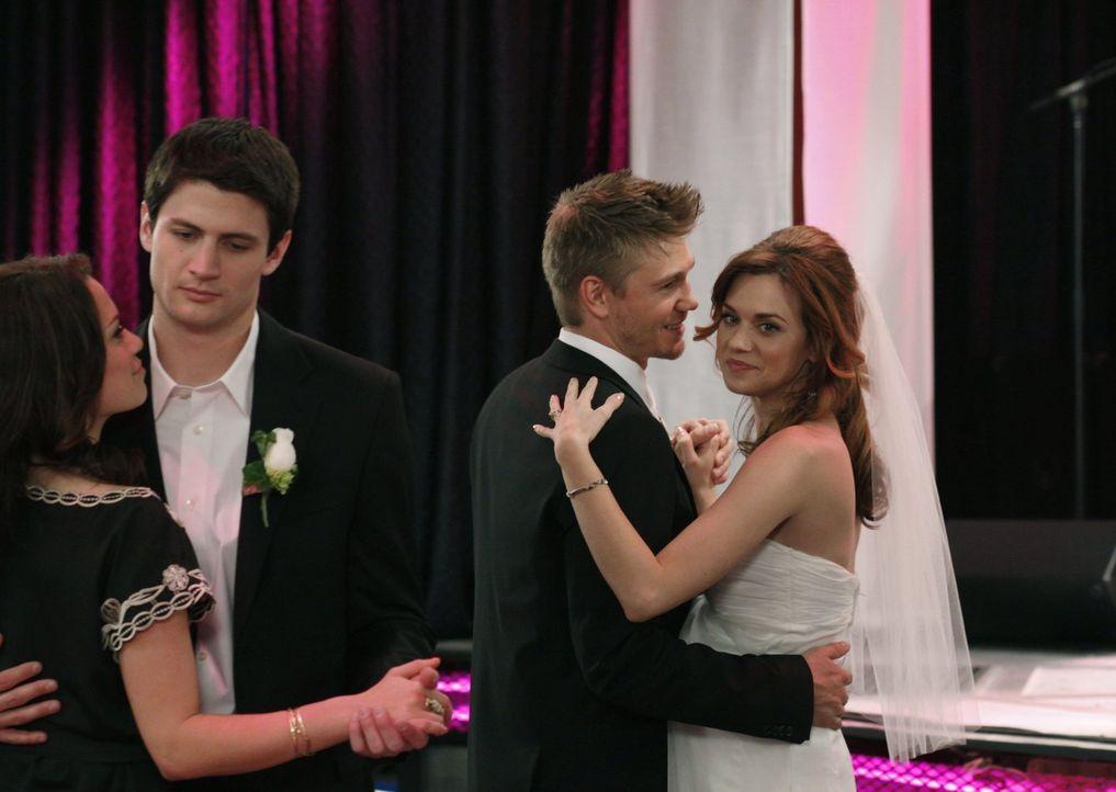 Kann Nathan (James Lafferty, 2.v.l.) beim Tanz mit Haley (Bethany Joy Galeotti , l.) seine Enttäuschung verdrängen? Peyton (Hilarie Burton, r.) und... - Bildquelle: Warner Bros. Pictures