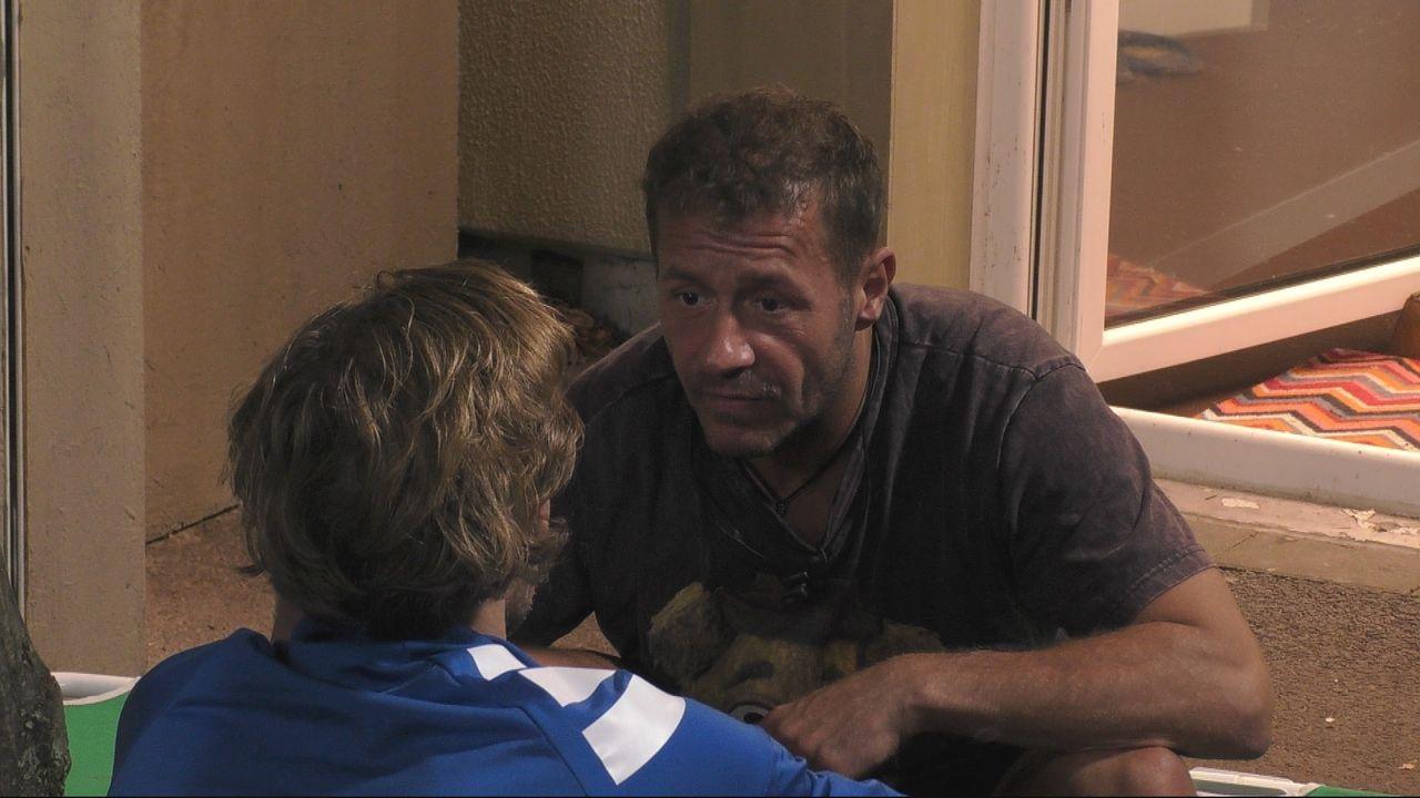 Willi muss sich gegenüber Jens rechtfertigen und erklärt, was Evelyn ihm bedeutet - Bildquelle: SAT.1