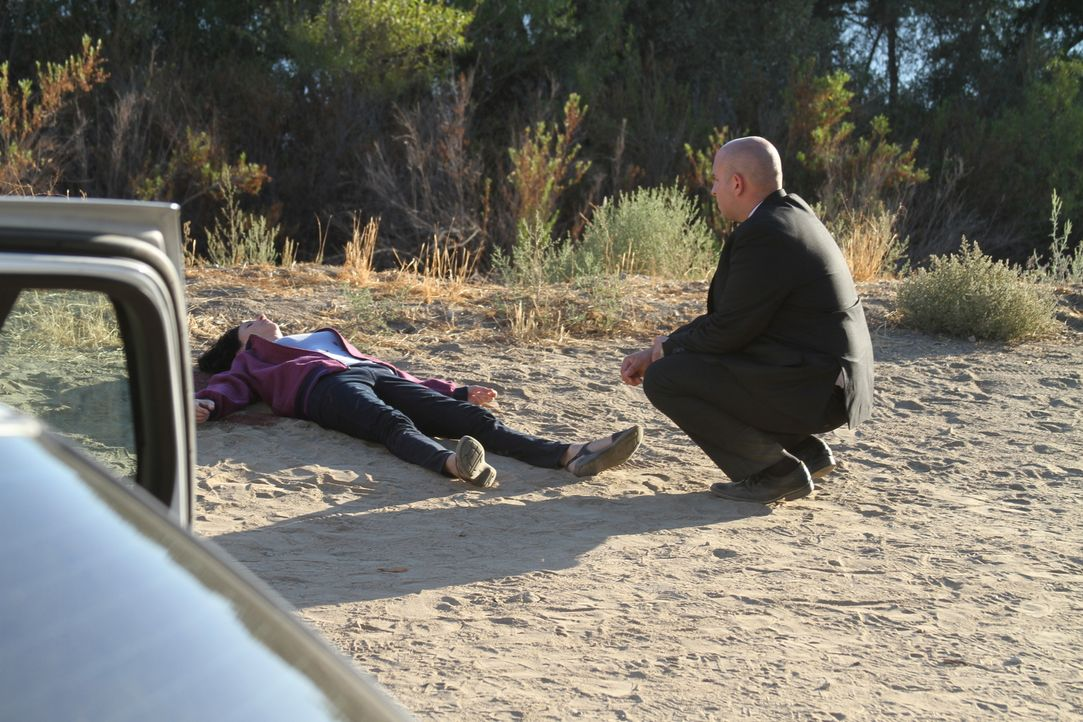 Fünf Jahre nach dem ersten Mord wird an den gleichen Stelle eine weitere junge Frau tot aufgefunden. Ermittler Lane Youmans (r.) ist sich sicher, da... - Bildquelle: LMNO Cable Group