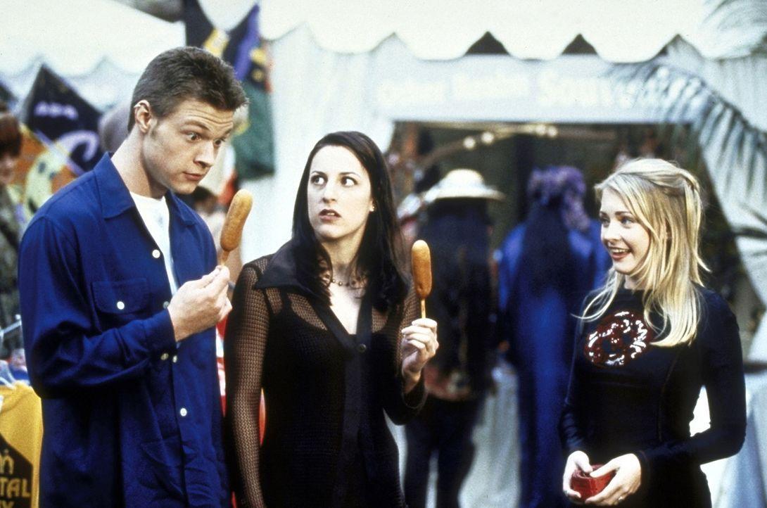 Harvey (Nate Richert, l.) und Valerie (Lindsay Sloane, M.) erleben mit Sabrina (Melissa Joan Hart, r.) viele aufregende Dinge ... - Bildquelle: Paramount Pictures