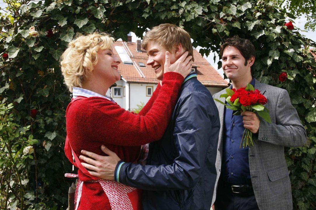 Noch ahnt Katharina (Saskia Vester, l..) nicht, dass ihr Sohn (Andreas Helgi Schmid, M.) schwul und die vermeintliche Nicki (Manuel Witting, r.) ein... - Bildquelle: Sat.1