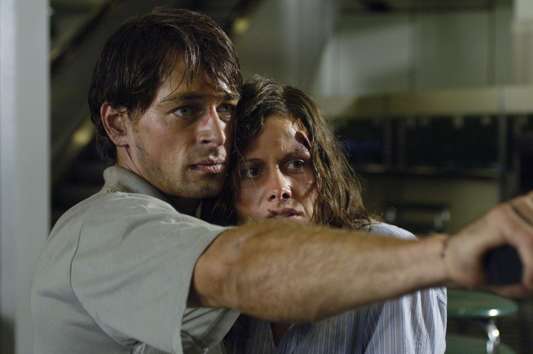Schon bald erkennen Julia (Ellenie Salvo Gonzalez, r.) und Sascha (Jan Sosniok, l.), dass sie nur eine Chance haben, wenn sie die Hintermänner ans... - Bildquelle: Gordon Mühle ProSieben