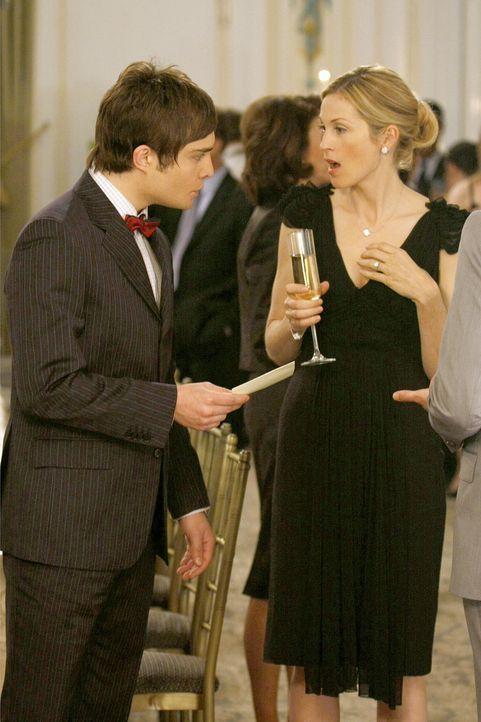 Seltsam: Chuck (Ed Westwick, l.) überreicht Lily (Kelly Rutherford, r.) einen Brief von Rufus. Er möchte sie am Abend vor der Hochzeit mit Bart no... - Bildquelle: Warner Bros. Television