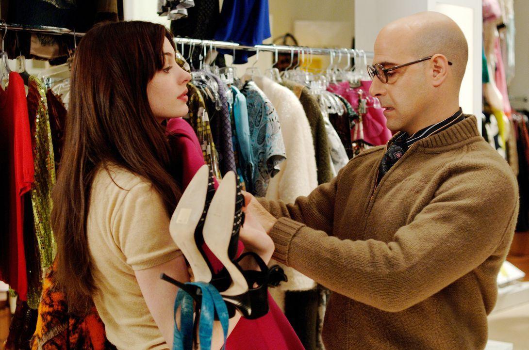 Die bodenständige Andy (Anne Hathaway, l.) bekommt ein komplettes Makeover von Fashion Director Nigel (Stanley Tucci, r.), der Mitleid mit der graue... - Bildquelle: 2006 Twentieth Century Fox