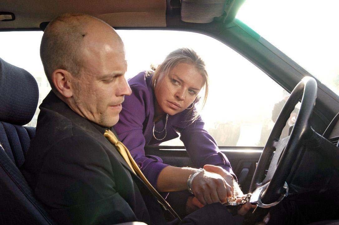 Katja (Karolina Lodyga, r.) versucht Gerrit (Lars Löllmann, l.) aus dem brennenden Auto zu befreien ... - Bildquelle: Claudius Pflug Sat.1