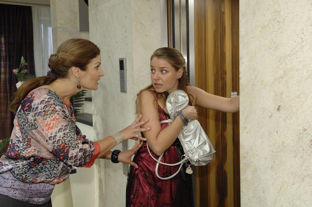 Natascha (Franziska Matthus, l.) schmeißt Katja (Karolina Lodyga, r.) aus dem Penthouse ... - Bildquelle: Sat.1