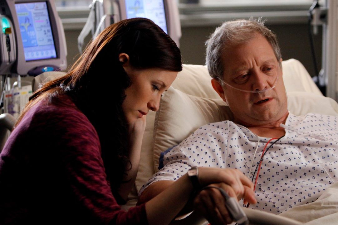 Thatcher (Jeff Perry, r.), Lexies und Merediths Vater, wird eingeliefert. Er spuckt Blut - Lexie (Chyler Leigh, l.) wird fast wahnsinnig vor Sorge ... - Bildquelle: Touchstone Television