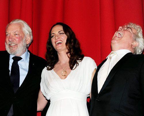 Nach der gelungenen Aufführung: Donald Sutherland (links), Natalia Wörner und Ken Follett - Bildquelle: dpa