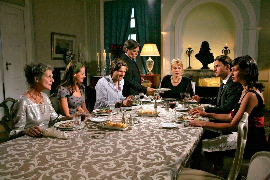 Abendessen bei der Familie Berger: Am Tisch erfährt Katrina unterschiedliche Reaktionen und trifft auf viel Ablehnung und Neid. v.l.n.r.: Lili Berge... - Bildquelle: Georg Pauly Sat.1