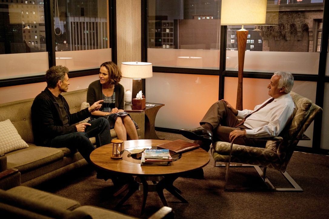 Während Pete (Tim Daly, l.) und Violet (Amy Brenneman, M.) mit Hilfe eines Therapeuten (Brian George, r.) ihre Beziehung retten wollen, erhält Ameli... - Bildquelle: ABC Studios