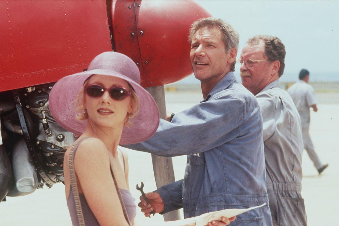 Die New Yorker Verlagsangestellte Robin Monroe (Anne Heche, l.) macht mit ihrem Verlobten Frank Martin Urlaub in der Südsee. Als sie zu ihrem Job a... - Bildquelle: Touchstone Pictures