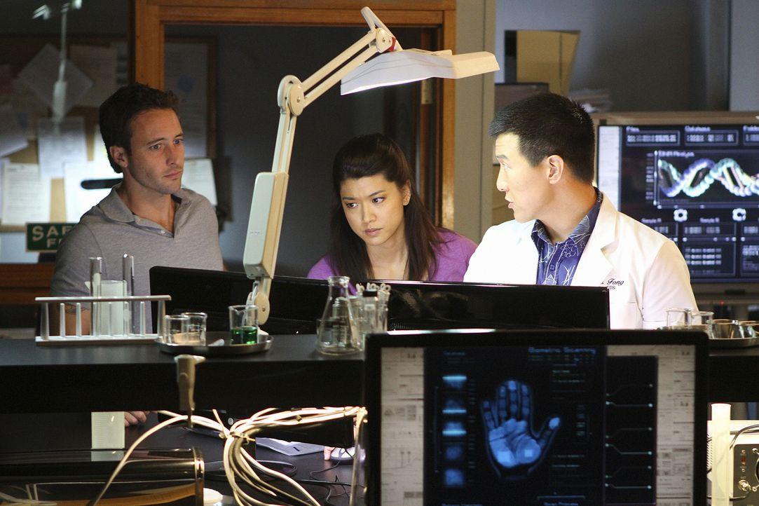 Ein neuer Fall beschäftigt: Steve (Alex O'Loughlin, l.) Kono (Grace Park, M.) und Charlie Fong (Brian Yang, r.) ... - Bildquelle: 2011 CBS BROADCASTING INC.  All Rights Reserved.