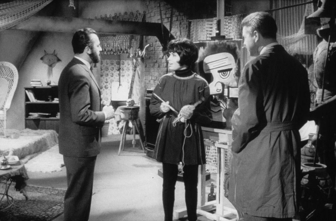 Finch (Eddi Arent, l.) und Inspektor Wesby (Heinz Drache, r.) befragen Margie Fielding (Barbara Rütting, M.) zu seltsamen Mordfällen ... - Bildquelle: Constantin Film