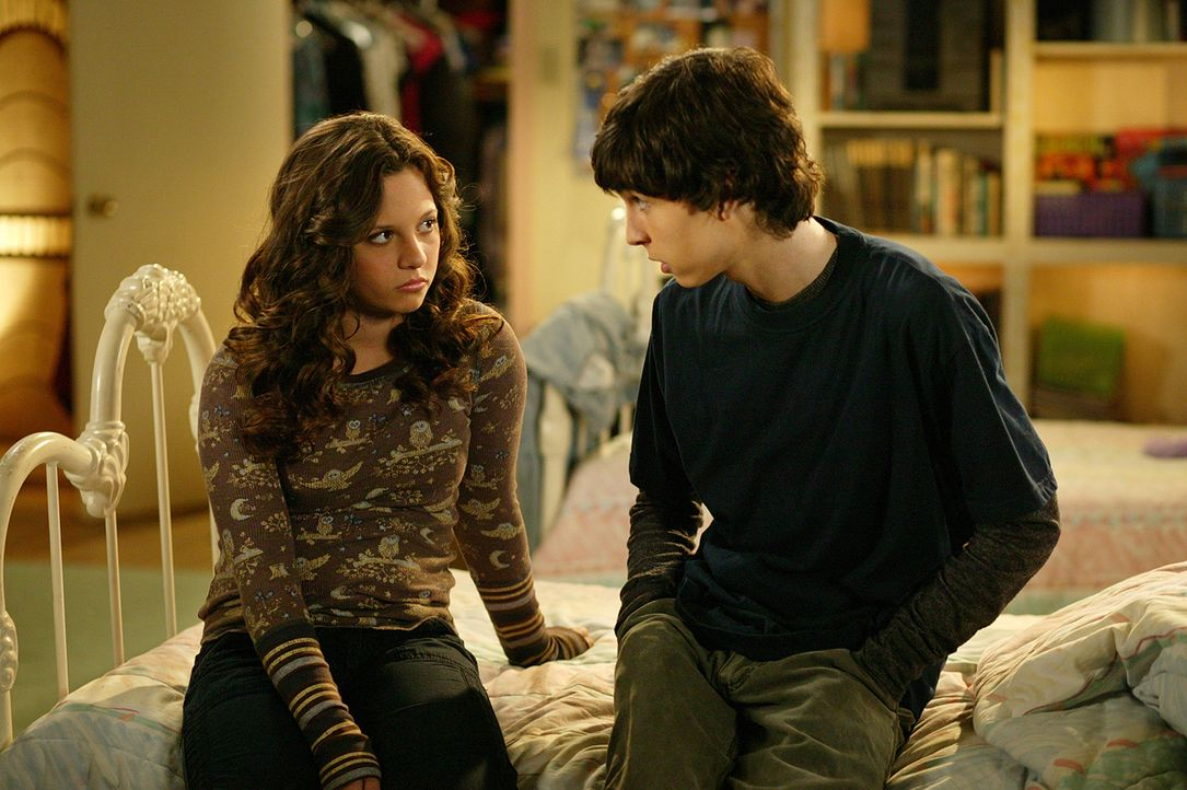 T-Bone (Colton James, r.) versucht Ruthie (Mackenzie Rosman, l.) zu beruhigen. Nachdem sie den kleinen Diamanten aus seinem Ring verloren hat, glaub... - Bildquelle: The WB Television Network