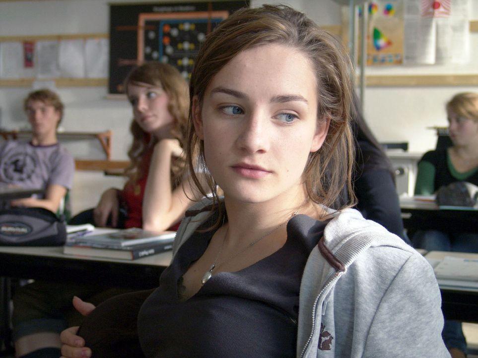 Jessy (Karoline Teska, vorne) ist alles andere als begeistert, als ihr Physiklehrer ihr aufträgt, ausgerechnet dem Mädchenschwarm Sascha (Max Woelky... - Bildquelle: Volker Roloff ProSieben